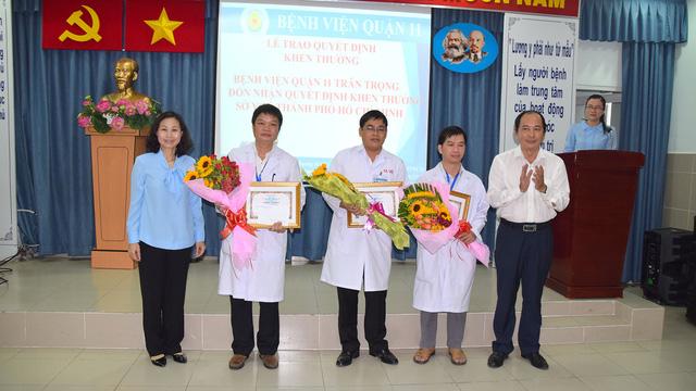 Khen thưởng các bác sĩ và bệnh viện Q.11 - ảnh 1