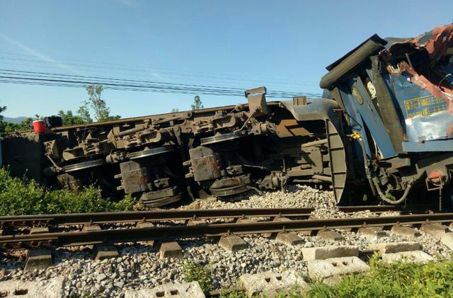 Ngành đường sắt đã điều cẩu chuyên dụng chạy trên đường sắt từ Vinh, Đồng Hới và Hà Nội vào giải quyết sự cố - Ảnh: CTV