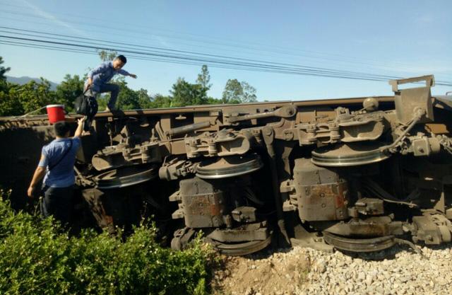 Vị trí xảy ra tai nạn có địa hình khó khăn nên không thể đưa cẩu loại lớn vào hiện trường giải cứu đầu máy, toa xe được - Ảnh: CTV