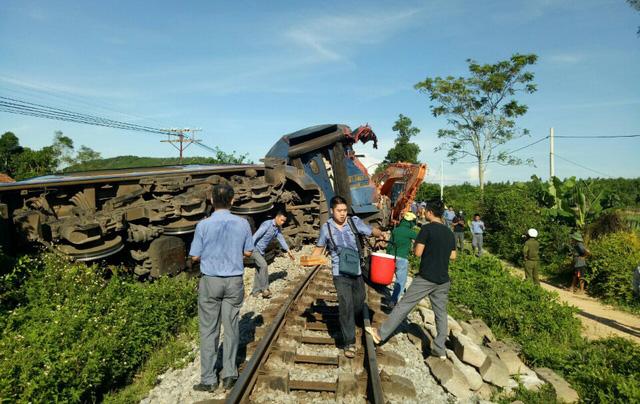 Hành khách cùng nhân viên tàu SE3 đang rời khỏi khu vực tai nạn - Ảnh: CTV