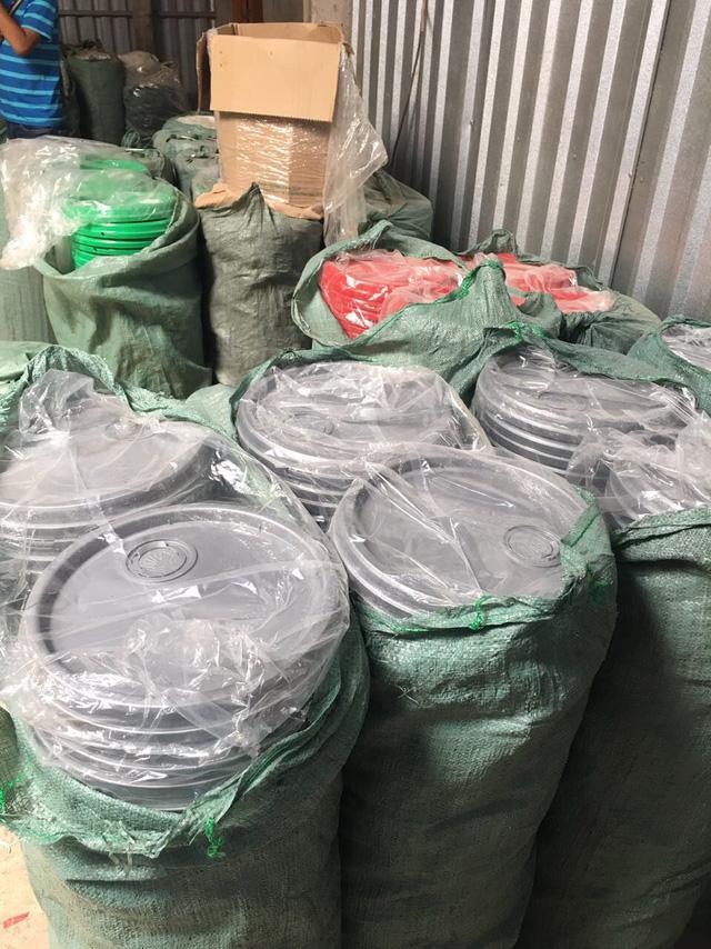 Phá đường dây sản xuất hàng chục ngàn lít dầu nhớt giả - ảnh 2