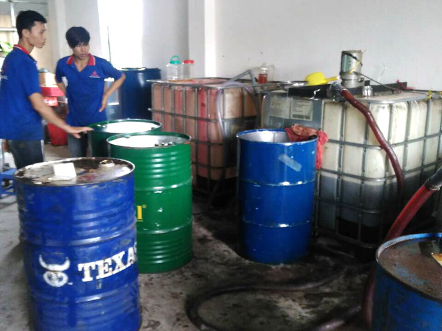 Phá đường dây sản xuất hàng chục ngàn lít dầu nhớt giả - ảnh 1