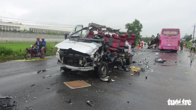 Hai xe khách tông nhau, 6 người chết, nhiều người nguy kịch - Ảnh 2.