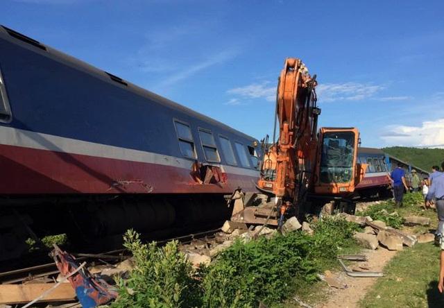 Chiếc xe múc tông vào đuôi đoàn tàu SE3 khiến đoàn tàu bị trật bánh - Ảnh: CLB Đam mê đường sắt