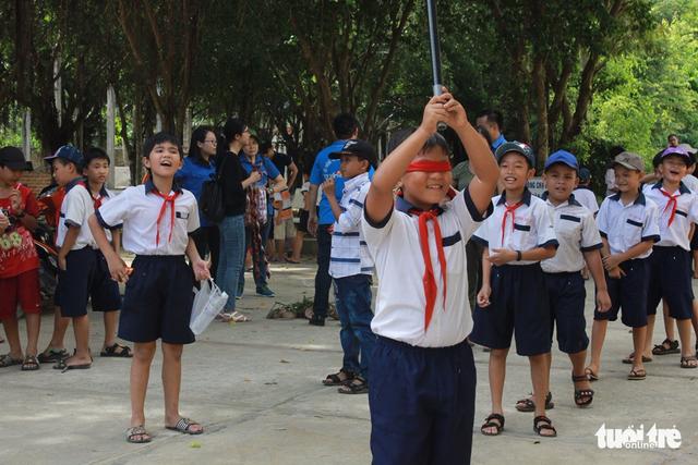 Đội mưa đem Trung Thu đến với các em nhỏ Bến Tre - Ảnh 10.