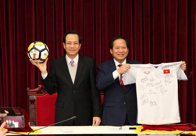 Áo và bóng U23 VN tặng Thủ tướng được trả giá 20 tỉ - Ảnh 1.