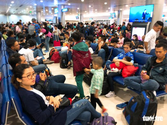 Máy bay liên tục trễ chuyến, hàng nghìn khách vạ vật ở Tân Sơn Nhất - Ảnh 13.