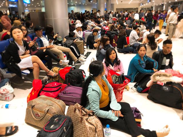 Máy bay liên tục trễ chuyến, hàng nghìn khách vạ vật ở Tân Sơn Nhất - Ảnh 10.