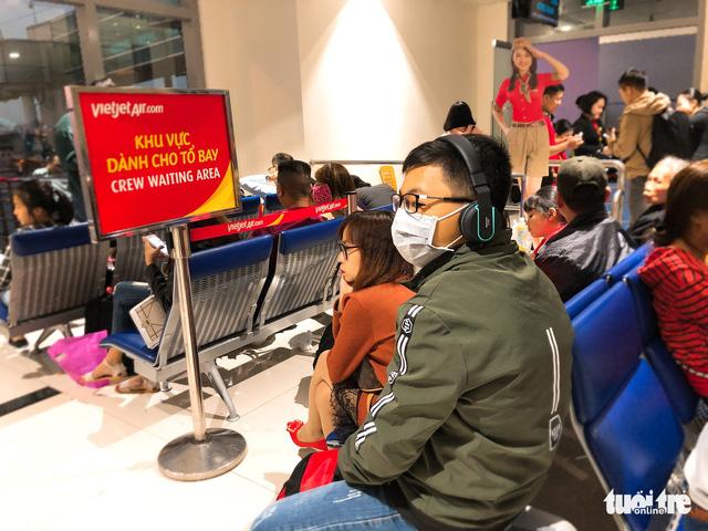 Máy bay liên tục trễ chuyến, hàng nghìn khách vạ vật ở Tân Sơn Nhất - Ảnh 12.