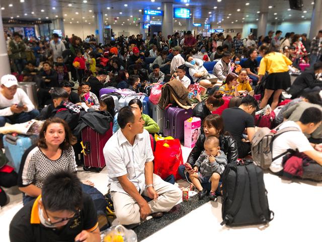 Máy bay liên tục trễ chuyến, hàng nghìn khách vạ vật ở Tân Sơn Nhất - Ảnh 2.