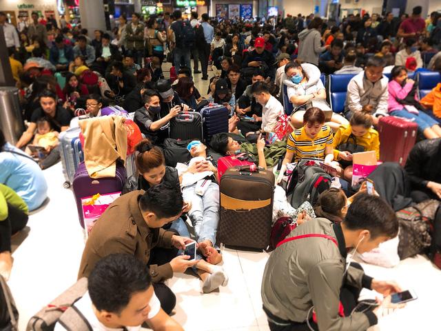 Máy bay liên tục trễ chuyến, hàng nghìn khách vạ vật ở Tân Sơn Nhất - Ảnh 4.