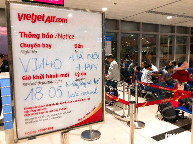 Máy bay liên tục trễ chuyến, hàng nghìn khách vạ vật ở Tân Sơn Nhất - Ảnh 3.