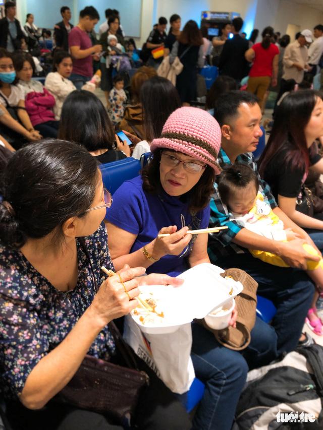 Máy bay liên tục trễ chuyến, hàng nghìn khách vạ vật ở Tân Sơn Nhất - Ảnh 8.