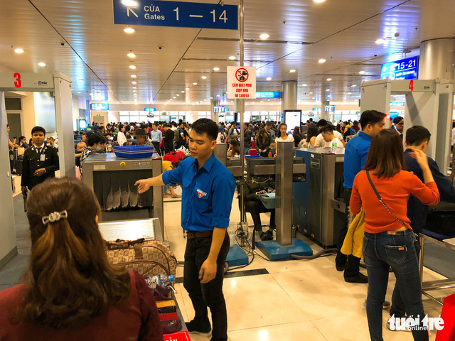 Máy bay liên tục trễ chuyến, hàng nghìn khách vạ vật ở Tân Sơn Nhất - Ảnh 11.