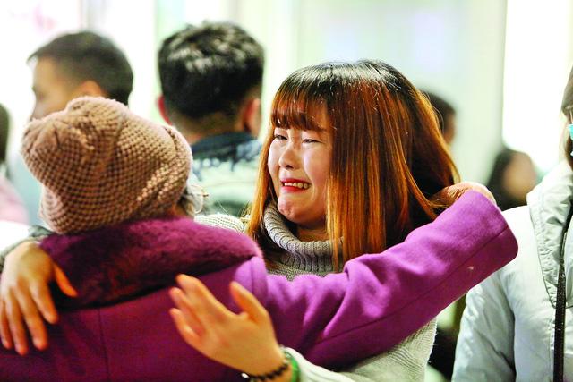 Nụ cười, nước mắt đón người thân về ăn Tết - Ảnh 2.