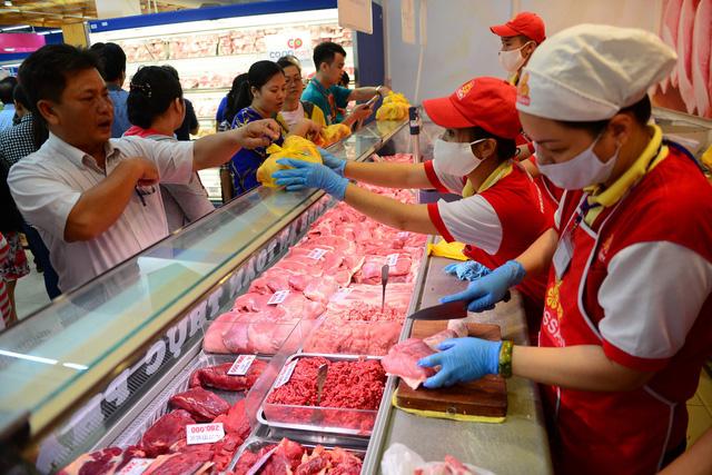 Rau, củ quả chợ lẻ tăng gấp đôi, thịt heo công ty giảm giá - Ảnh 1.