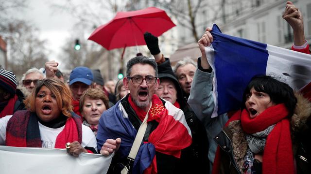 """Hơn 10 ngàn 'áo đỏ' ở Pháp tuần hành phản đối """"áo vàng' biểu tình"""