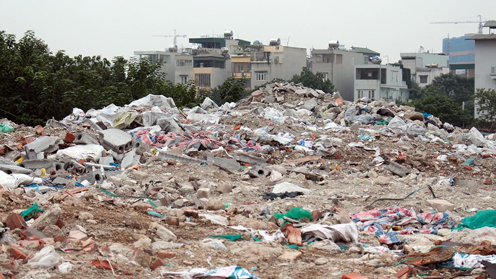 Hà Nội nhiều nơi rác thải tràn lan chất thành núi - Ảnh 11.
