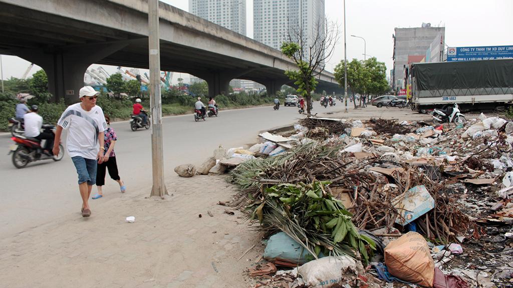 Hà Nội nhiều nơi rác thải tràn lan chất thành núi - Ảnh 14.
