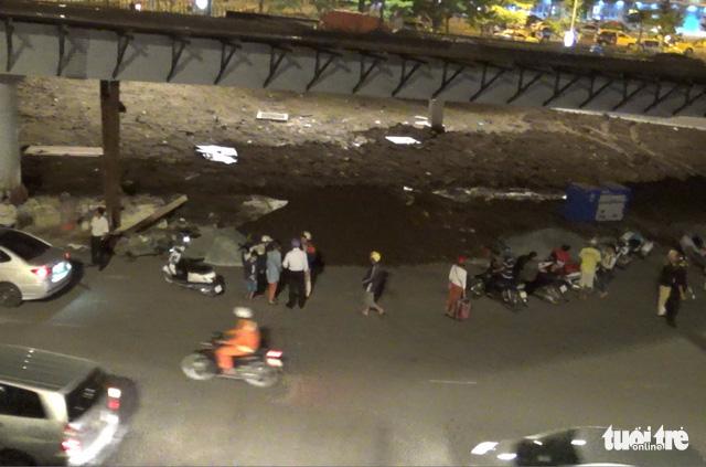 Cảnh sát giao thông làm luật ở cửa ngõ Tân Sơn Nhất - Ảnh 2.