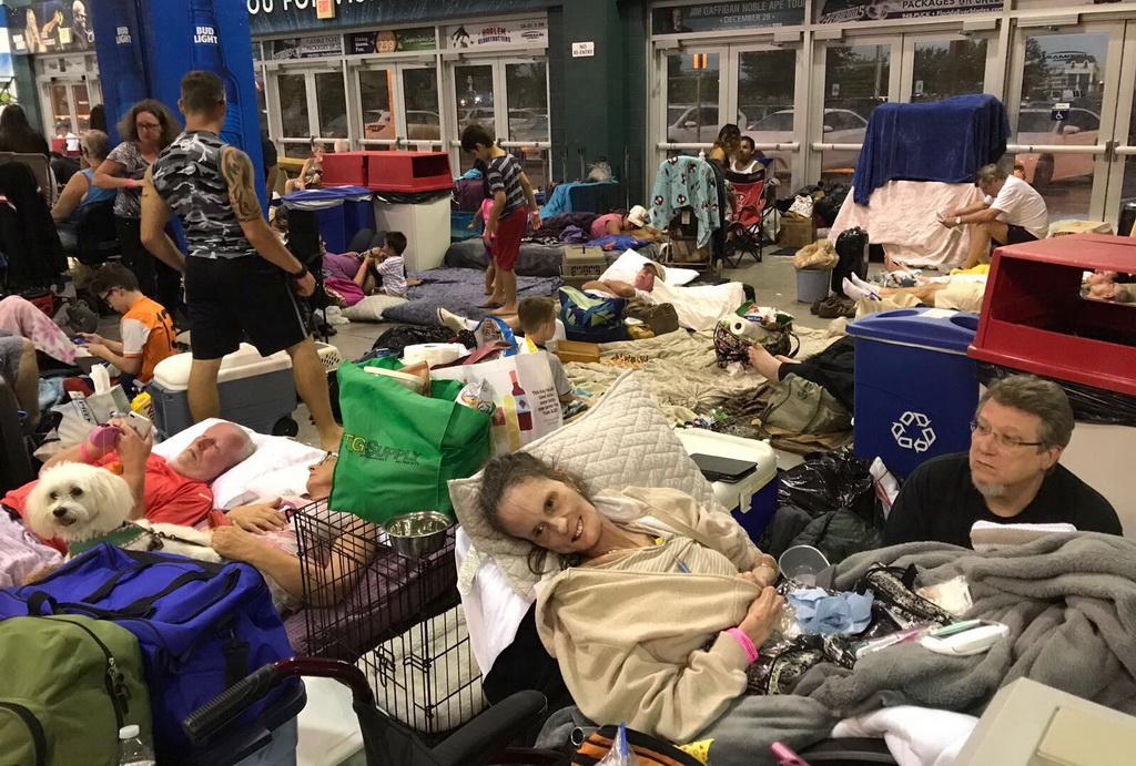Người Việt sẻ chia nơi trú ngụ phòng bão ở Florida - Ảnh 1.