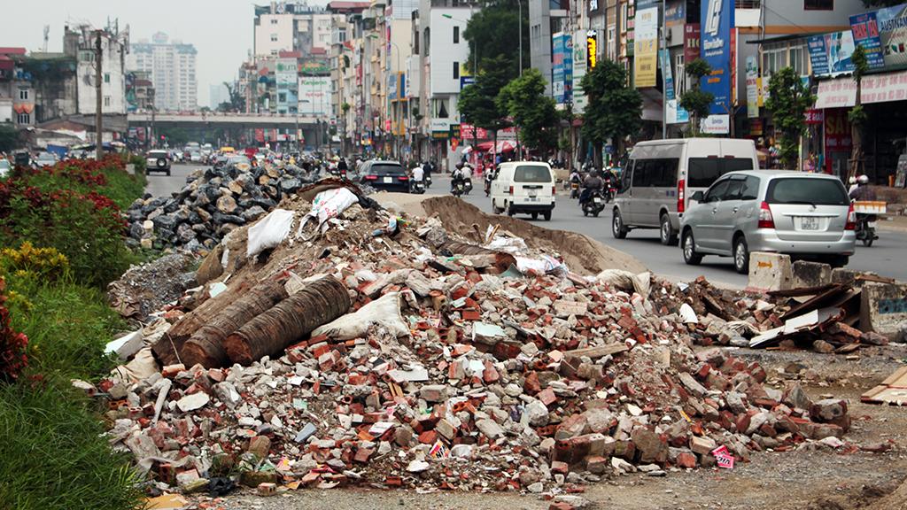 Hà Nội nhiều nơi rác thải tràn lan chất thành núi - Ảnh 7.