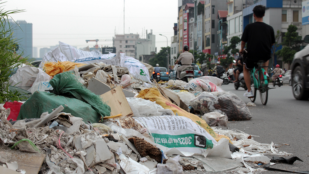 Hà Nội nhiều nơi rác thải tràn lan chất thành núi - Ảnh 8.