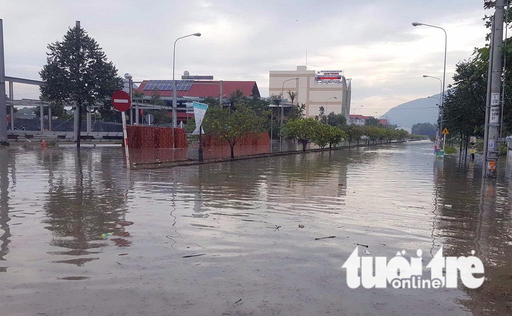 Quốc lộ 51 ngập nặng, hầm xe chìm trong nước, học sinh nghỉ học - Ảnh 3.