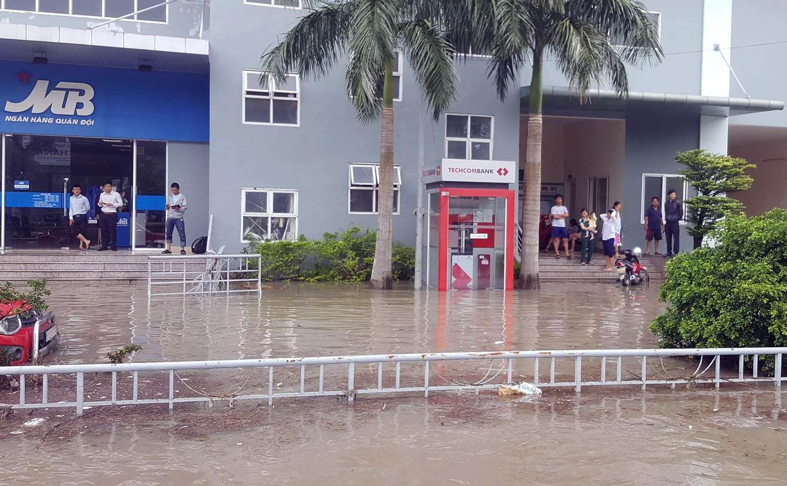 Quốc lộ 51 ngập nặng, hầm xe chìm trong nước, học sinh nghỉ học - Ảnh 6.
