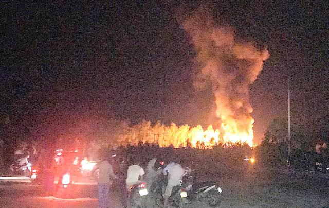 Cháy xưởng sang chiết gas ở Nghệ An, nhiều tiếng nổ như bom - Ảnh 2.
