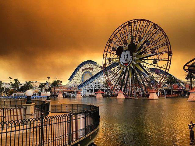 Cháy rừng khiến trời công viên Disneyland như trong phim ma - Ảnh 7.
