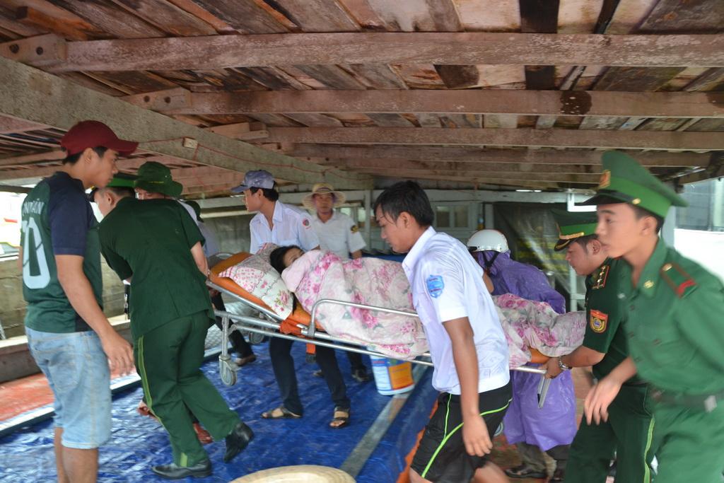 Vượt biển động đưa thai phụ vào đất liền cấp cứu - Ảnh 1.