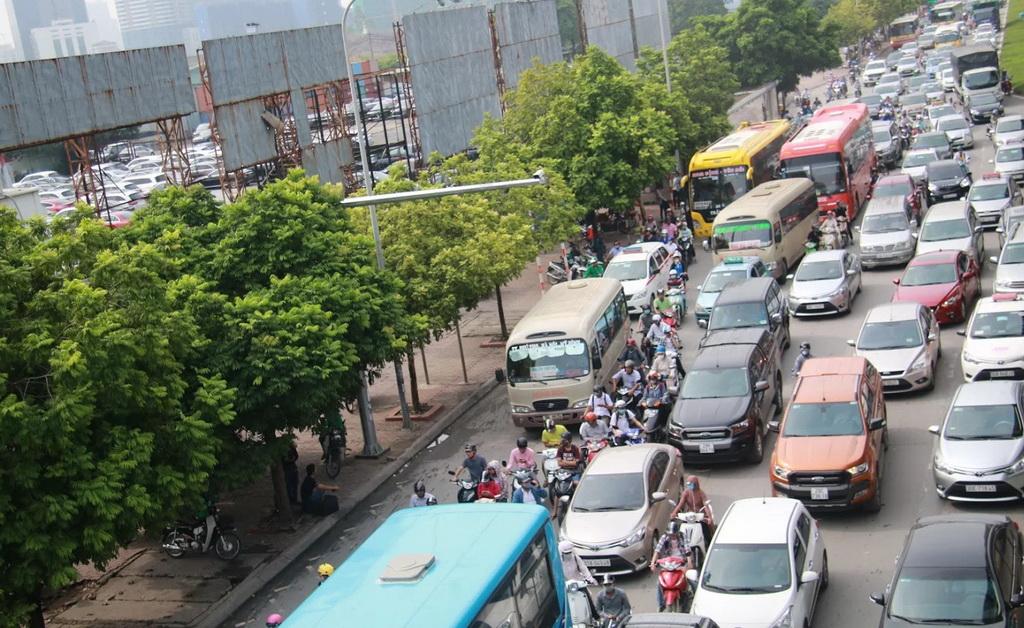 Xe bồn lật ngang, đường trên cao Hà Nội tê liệt - Ảnh 2.