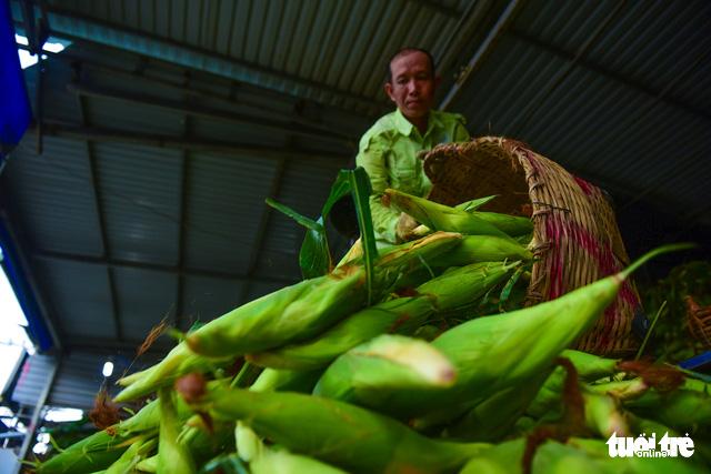 Tấp nập kẻ mua người bán tại chợ bắp lớn nhất Sài Gòn - Ảnh 6.