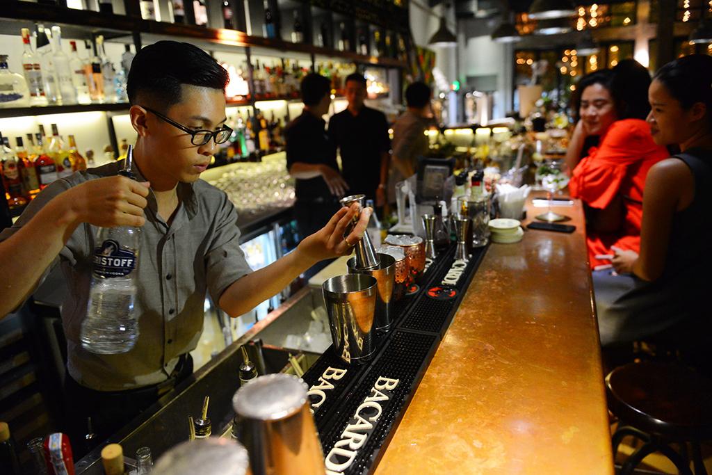 Trong ly cocktail không chỉ có rượu và nước quả... - Ảnh 3.