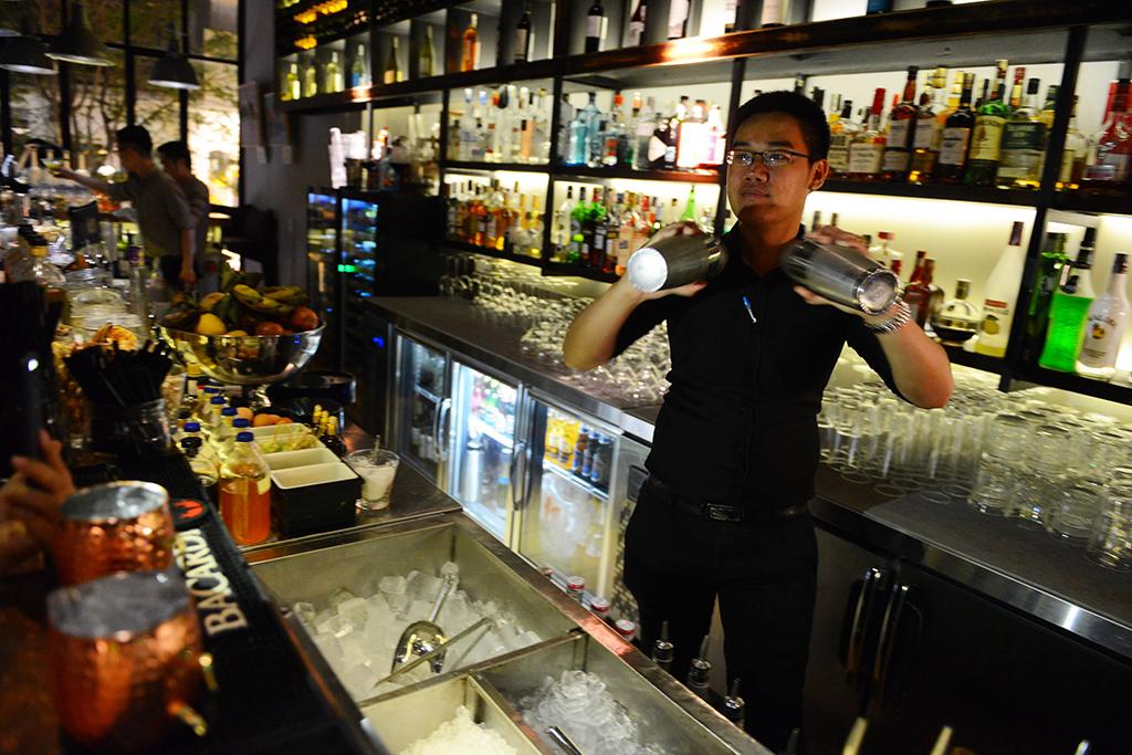 Trong ly cocktail không chỉ có rượu và nước quả... - Ảnh 2.