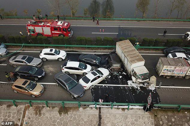 Thảm kịch tông xe liên hoàn do sương mù ở Trung Quốc - Ảnh 1.