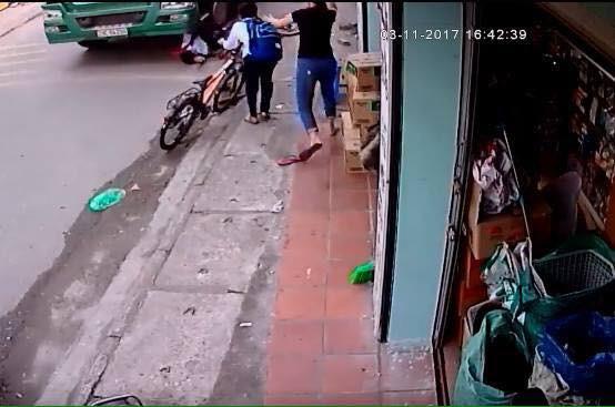 Thót tim xem clip bé trai thoát chết dưới bánh xe container - Ảnh 2.