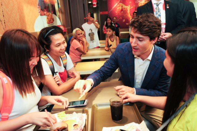 Thủ tướng Canada lại tung chiêu lấy lòng dân Philippines - Ảnh 3.