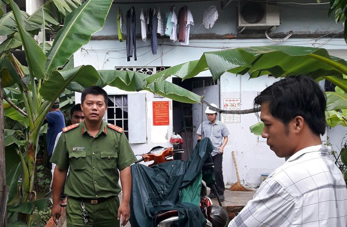 Đá công trình xây dựng rơi thủng mái nhà dân trong đêm mưa lớn - Ảnh 2.
