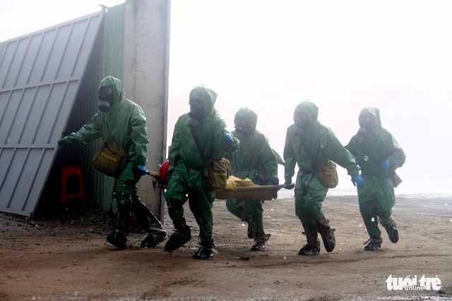 Huy động cảnh sát và quân đội xử lý sự cố rò rỉ hóa chất - Ảnh 4.