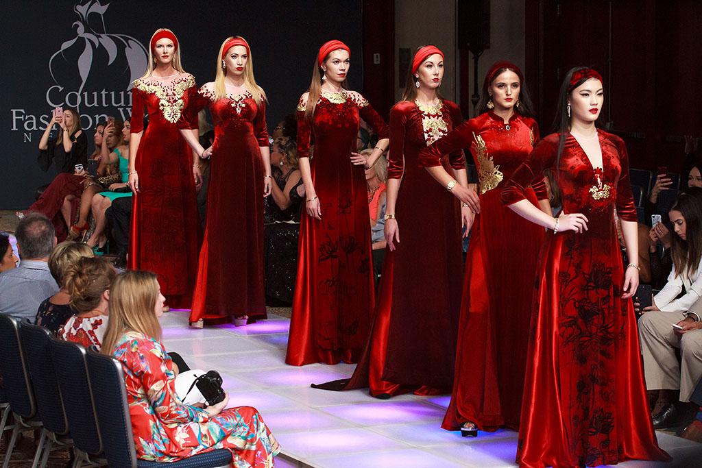 Bộ sưu tập áo dài Sen vàng trình diễn ở New York - Ảnh 4.
