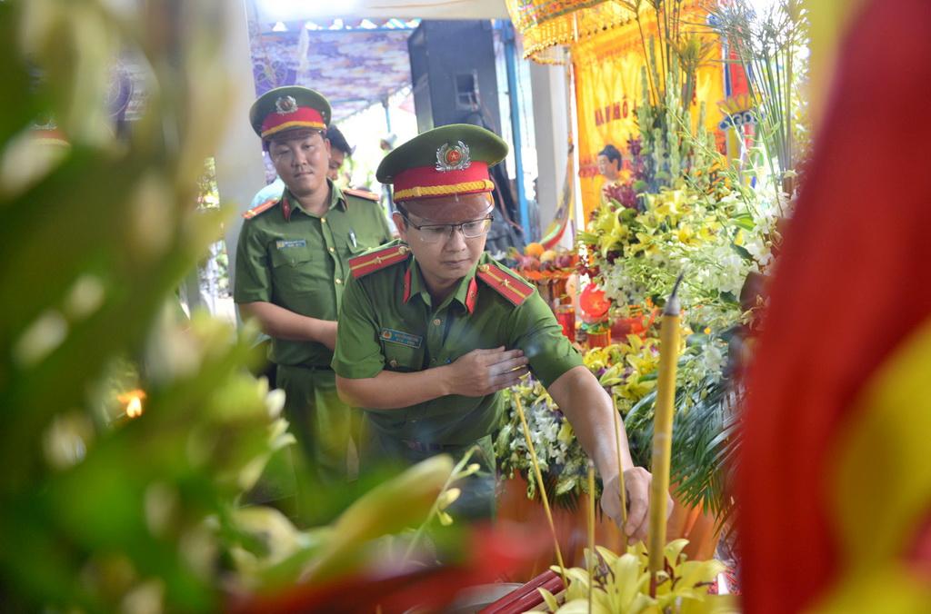 Người thân, đồng đội tiễn đưa đại úy Phạm Phi Long về đất mẹ - Ảnh 5.