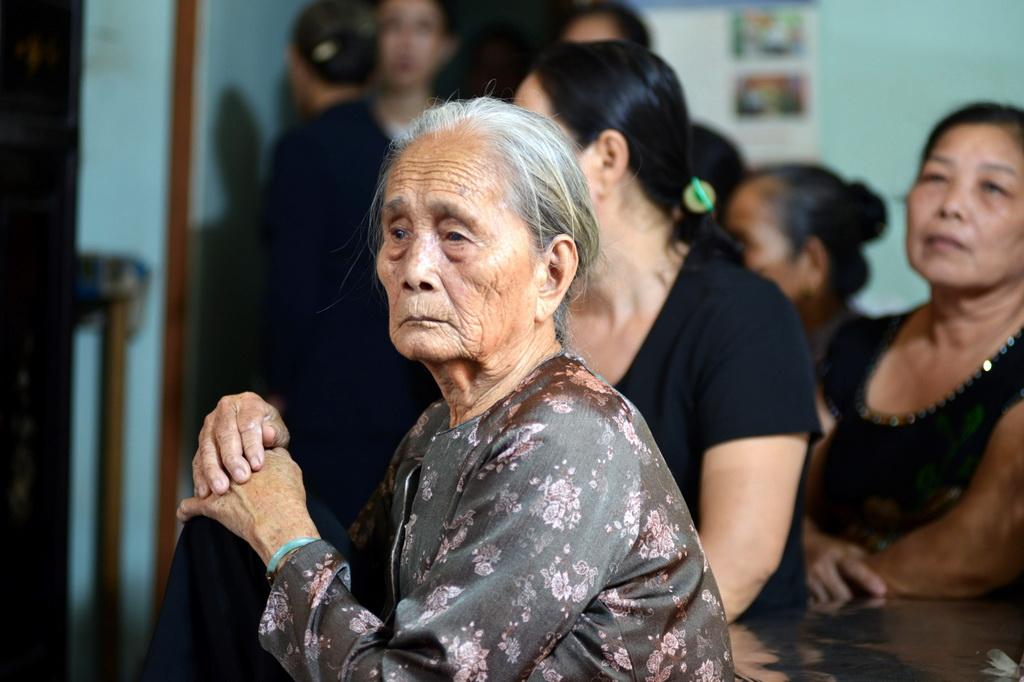 Người thân, đồng đội tiễn đưa đại úy Phạm Phi Long về đất mẹ - Ảnh 3.