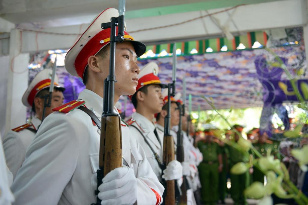Người thân, đồng đội tiễn đưa đại úy Phạm Phi Long về đất mẹ - Ảnh 8.