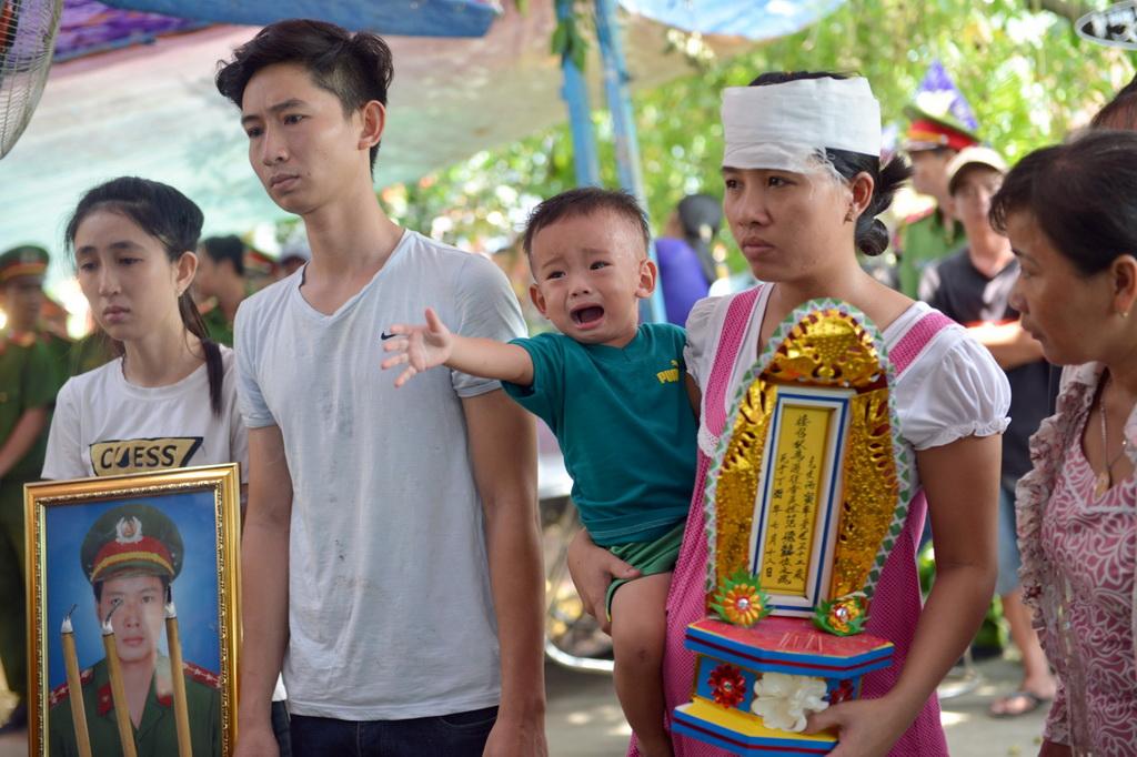 Người thân, đồng đội tiễn đưa đại úy Phạm Phi Long về đất mẹ - Ảnh 1.