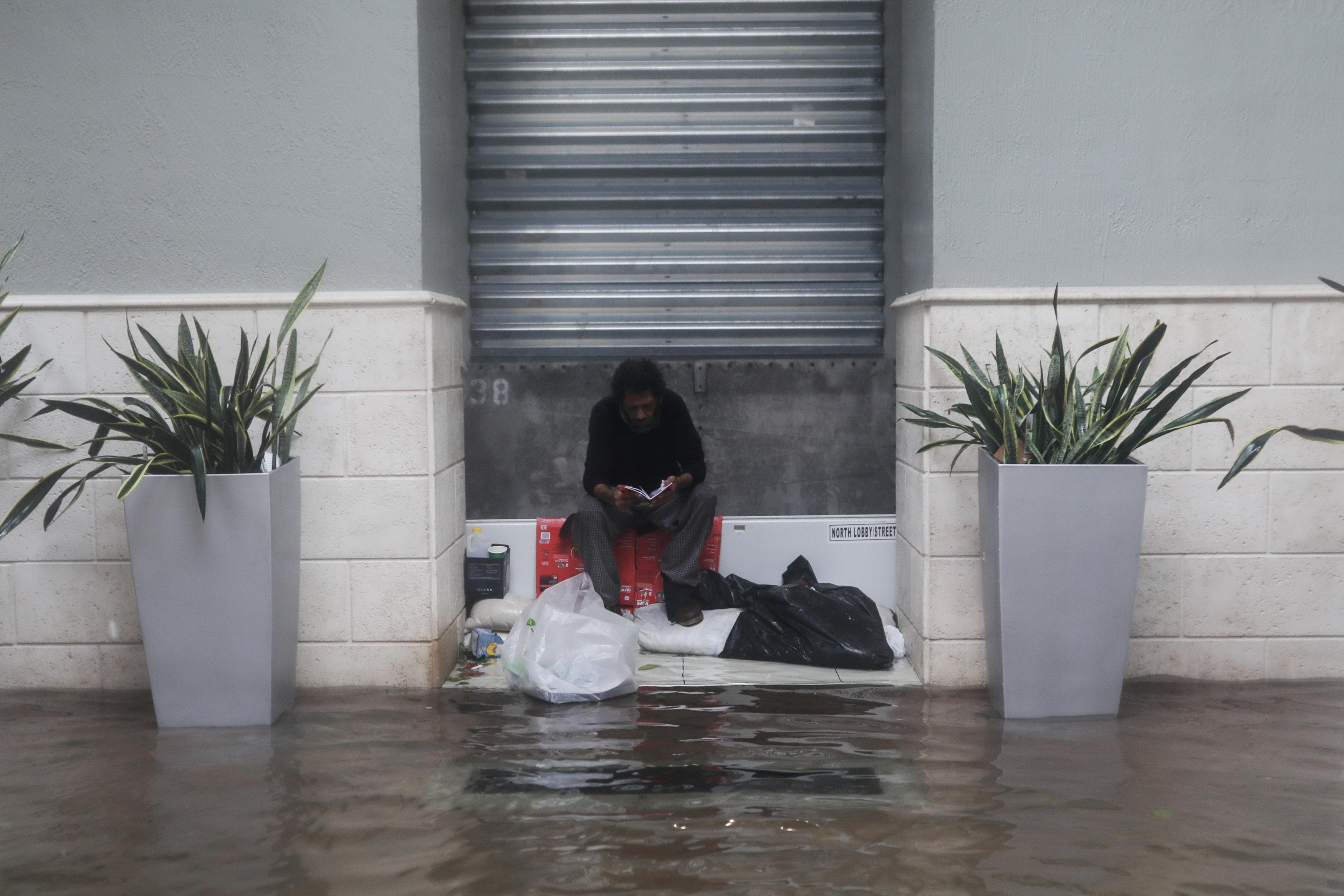 Người Việt sẻ chia nơi trú ngụ phòng bão ở Florida - Ảnh 3.