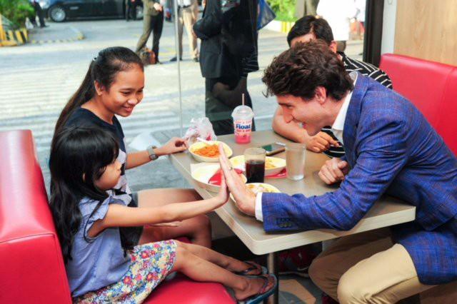 Thủ tướng Canada lại tung chiêu lấy lòng dân Philippines - Ảnh 1.