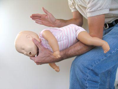 Bé 2 tháng tuổi ngưng tim ngưng thở do ăn bánh - Ảnh 1.