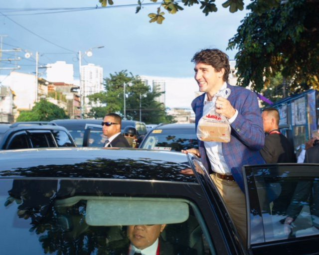 Thủ tướng Canada lại tung chiêu lấy lòng dân Philippines - Ảnh 4.